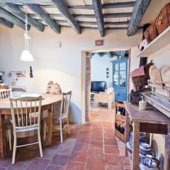 ALQUILER DE CASA EN EL EMPORDA CON MUCHO ENCANTO , decoradora JUDITH FARRAN : Cocinas de estilo rústico de Home Deco Decoración