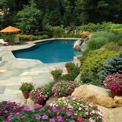 Piscina e giardino: Giardino in stile in stile Rustico di ...