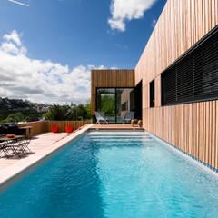 MAISON CARDAILLAC: Piscine de style de style Moderne par Hugues TOURNIER Architecte