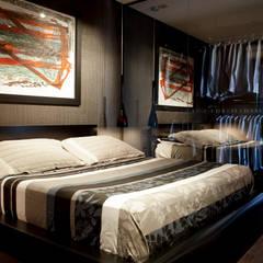 Quarto com closet integrado: Quartos translation missing: br.style.quartos.moderno por dsgnduo