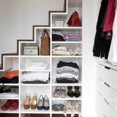 Appartement familial atypique : réaménagement de chambres de services-Paris-16e : Couloir, Entrée & Escaliers de style de style Moderne par ATELIER FB