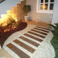 Residência Nádia & Pedro - Área externa: Corredores, halls e escadas ecléticos por Kátia Borges - arquitetura+interiores