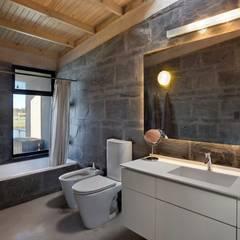 Casa en San Marco: Baños de estilo moderno por vEstudio