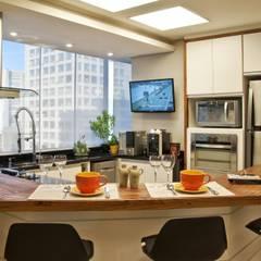 REFORMA EM APARTAMENTO CONSTRUÍDO A MAIS DE 50 ANOS.: Cozinhas modernas por Tania Bertolucci  de Souza     Arquitetos Associados