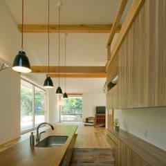 チ-クの1枚板で出来たキッチンと食卓: IBC DESIGNが手掛けたtranslation missing: jp.style.キッチン.modernキッチンです。
