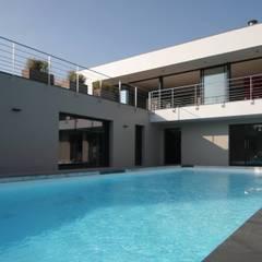Construction d'une villa contemporaine à Bénodet: Piscine de style de style Moderne par LE LAY Jean-Charles