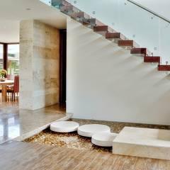Pasillos, hall y escaleras de estilo translation missing: cl.style.pasillos-hall-y-escaleras.tropical por Ancona + Ancona Arquitectos