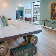 Cliff Dwelling: eclectic Bedroom by Specht Architects
