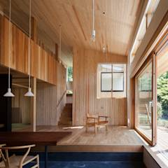 リビング吹き抜け: HAN環境・建築設計事務所が手掛けたtranslation missing: jp.style.リビング.modernリビングです。