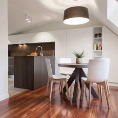 Apartamento 45m2 en el Ensanche de Bilbao: Comedores de estilo moderno de URBANA 15