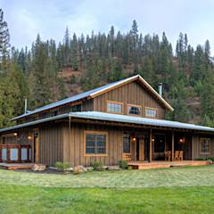 Lucky 4 Ranch: rustic Houses by Uptic Studios