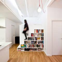 Libreria-escalera: Pasillos, vestíbulos y escaleras de estilo moderno de Dolmen Serveis i Projectes SL