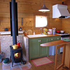 オリジナルキッチンと薪ストーブを中心にした使いやすいキッチン: Cottage Style (コテージスタイル)が手掛けたtranslation missing: jp.style.キッチン.countryキッチンです。