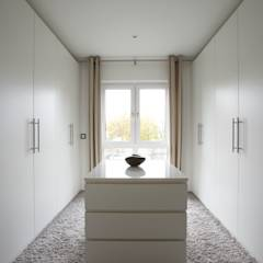 AVEO - Vielfalt genießen: moderne Ankleidezimmer von FingerHaus GmbH