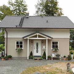 KOMPAKTES LANDHAUS - frei geplantes Kundenhaus: landhausstil Häuser von FingerHaus GmbH