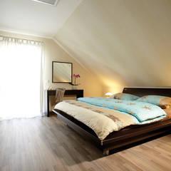VIO 302 - Schöner Wohnen, schöner Sparen: moderne Schlafzimmer von FingerHaus GmbH