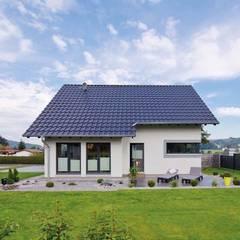 Traufansicht Garten des VIO 302 - Wohnglück im Grünen: moderne Häuser von FingerHaus GmbH