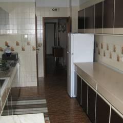 ANTES - Cozinha: Cozinhas modernas por Germano de Castro Pinheiro, Lda