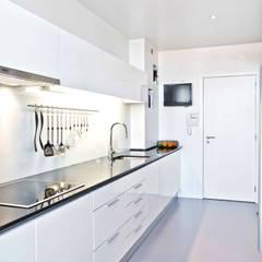 DEPOIS - Cozinha: Cozinhas modernas por Germano de Castro Pinheiro, Lda