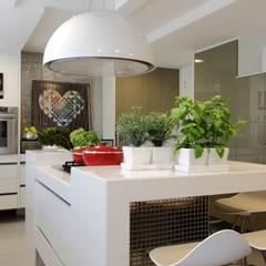 APARTAMENTO 400m2 - AV BOA VIAGEM - RECIFE/PE: Cozinhas modernas por ROMERO DUARTE & ARQUITETOS