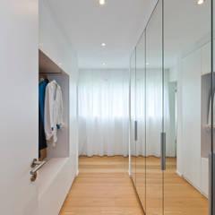Funktionalität gepaart mit reduzierter Ästhetik: minimalistische Ankleidezimmer von KitzlingerHaus GmbH & Co. KG