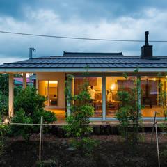 大きな一枚屋根の下で: エヌ スケッチが手掛けたtranslation missing: jp.style.家.modern家です。