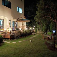 정원의 야경: OUA 오유에이의 translation missing: kr.style.정원.mediterranean 정원