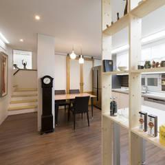가족만의 아담한 식사공간과 2층으로 올라가는 계단: 비에스디자인건축사사무소의 translation missing: kr.style.거실.modern 거실