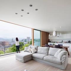 HILL HOUSE: プラスアトリエ一級建築士事務所が手掛けたtranslation missing: jp.style.リビング.modernリビングです。