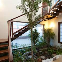 mr sajeev kumar s residence at girugambakkam, near m.i.o.t hospital, chennai ,tamilnadu: modern Corridor, hallway & stairs by Muraliarchitects