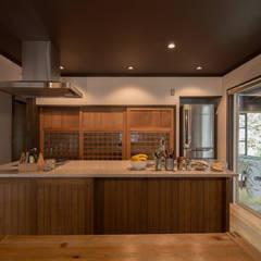 築100年の古民家再生 ダイニングキッチン: 【快適健康環境+Design】森建築設計が手掛けたtranslation missing: jp.style.キッチン.asianキッチンです。