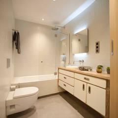 Baño de invitados: Baños de estilo moderno de MADG Architect