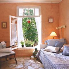 Dormitório : Quartos translation missing: br.style.quartos.campestre por Célia Orlandi por Ato em Arte