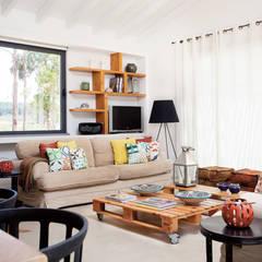 MONTE DAS MOÇAS, ALJEZUR: Salas de estar rústicas por LAVRADIO DESIGN