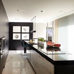 CASA ALGARVE: Cozinhas modernas por DING DONG - ARQUITECTURA E INTERIORES LDA