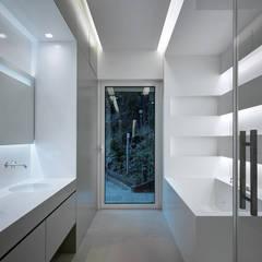 Villa T: Bagno in stile in stile Moderno di arkham project