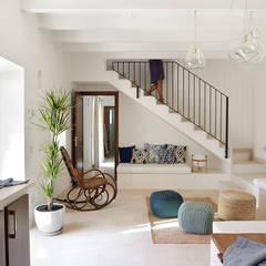 translation missing: id.style.ruang-keluarga.mediteran Ruang Keluarga by Bloomint design