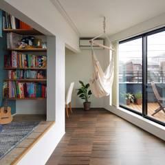 高津の家: 向山建築設計事務所が手掛けたtranslation missing: jp.style.リビング.modernリビングです。