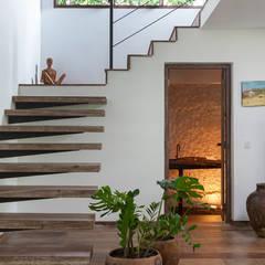 Escada e Lavabo: Corredores, halls e escadas modernos por Vida de Vila