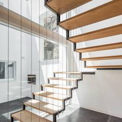 Casa JA: Corredores, halls e escadas minimalistas por Filipe Pina + Maria Inês Costa