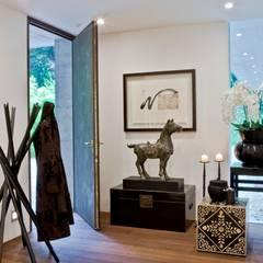 Oriental Chic: Corredores, halls e escadas ecléticos por Viterbo Interior design