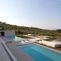 RESIDENZA PRIVATA: Piscina in stile in stile Mediterraneo di Osa Architettura e Paesaggio