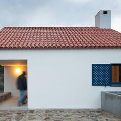 Casa Caseiros: Habitações translation missing: pt.style.habitações.campestre por SAMF Arquitectos