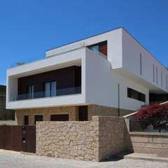 Casa em Guimarães: Habitações translation missing: pt.style.habitações.minimalista por 3H _ Hugo Igrejas Arquitectos, Lda