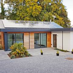 Schoolmasters eco house: modern Houses by build different