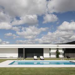 Casa em Braga: Habitações translation missing: pt.style.habitações.moderno por Casa MARQUES INTERIORES