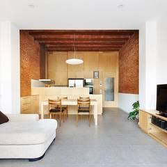 57ALI Reforma y ampliación de casa entre medianeras al Centro de Terrassa: Salones de estilo minimalista de Vallribera Arquitectes