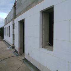Isolamento Térmico pelo exterior: Habitações translation missing: pt.style.habitações.mediterranico por RenoBuild Algarve