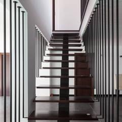 ML House: Corredores, halls e escadas modernos por JPS Atelier - Arquitectura, Design e Engenharia