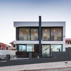 ML House: Habitações translation missing: pt.style.habitações.moderno por JPS Atelier - Arquitectura, Design e Engenharia